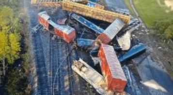 """美国得州一辆载化学品货运列车脱轨:""""腐蚀品""""泄漏,附近居民紧急疏散!"""