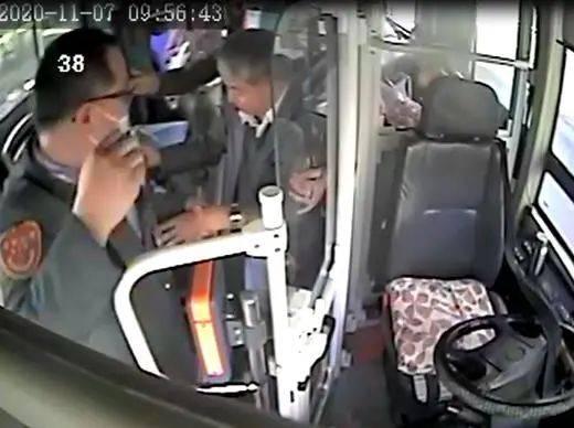 长沙公交车上老人突发疾病,司机这个动作让所有人为其鼓掌