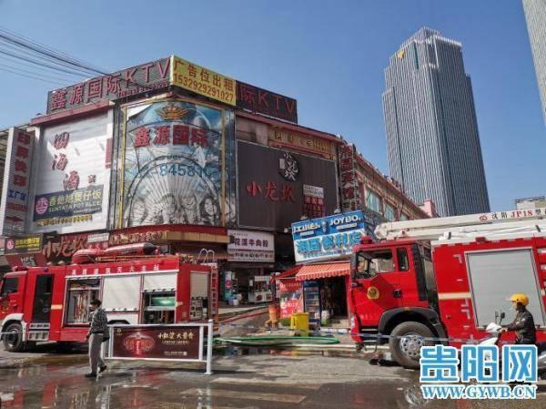 最新!贵阳一家餐饮店起火,消防队员抢出 5 瓶气罐