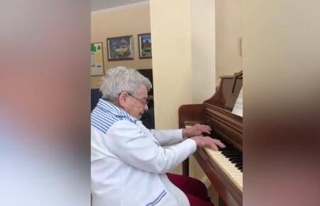 92岁的老人患痴呆症记忆有缺失 却仍记得弹钢琴