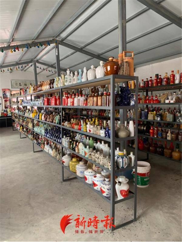 """痴迷收藏酒瓶,济南一市民22年淘了3000多个,还在家中造了""""酒瓶博物馆"""""""