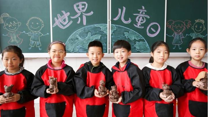 """江苏如皋:小手捏小娃 迎接""""世界儿童日"""""""
