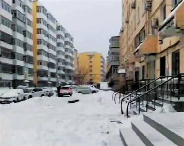 小区间无名街路积雪无人清