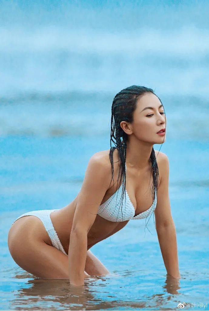 她30岁开始健身,54岁那年,有了堪比20岁的身材...