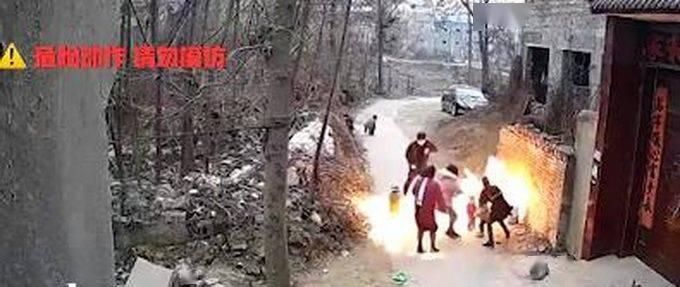 爸爸好奇点液化气小孩被火球包围