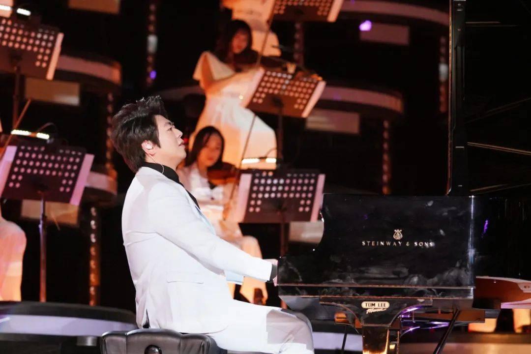 绝妙!国际钢琴大师郎朗弹奏多元碰撞音乐舞台