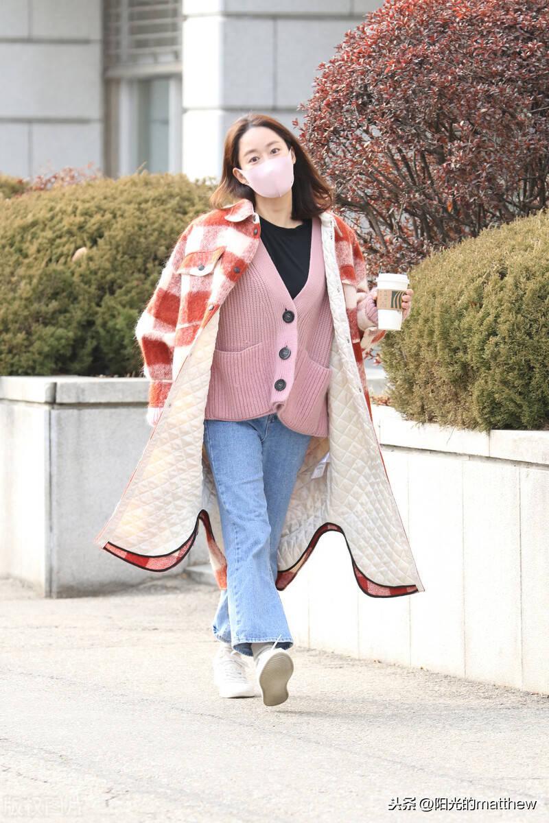 街拍:全慧彬红色格纹大衣+粉色针织开衫+牛仔裤甜美清新