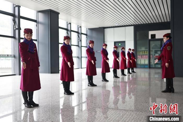 """重庆""""动妹""""礼仪培训备战春星辉总代运"""