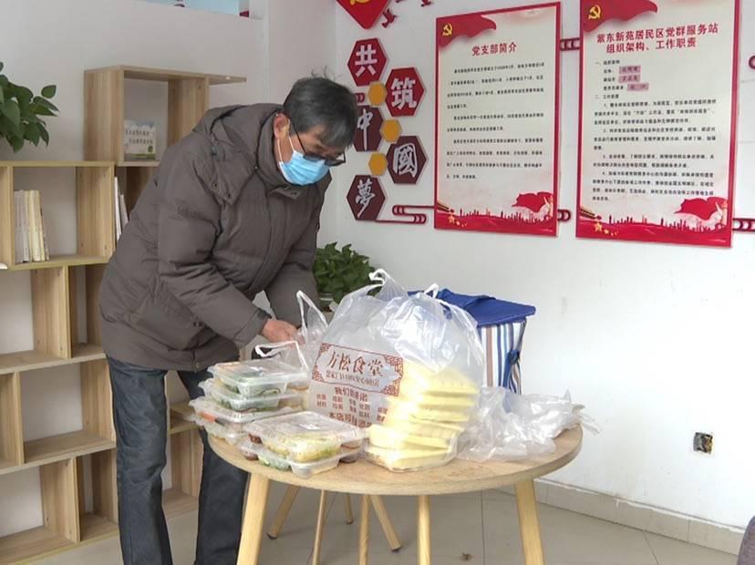 """再冷也不算""""晚""""。松江一名67岁的志愿者""""热情""""地给老人送食物"""