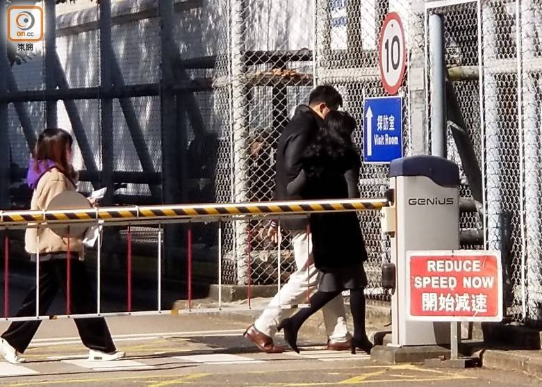 港媒:黎智英被关押第13天妻儿又来探监,带了本反省书籍《七重山》