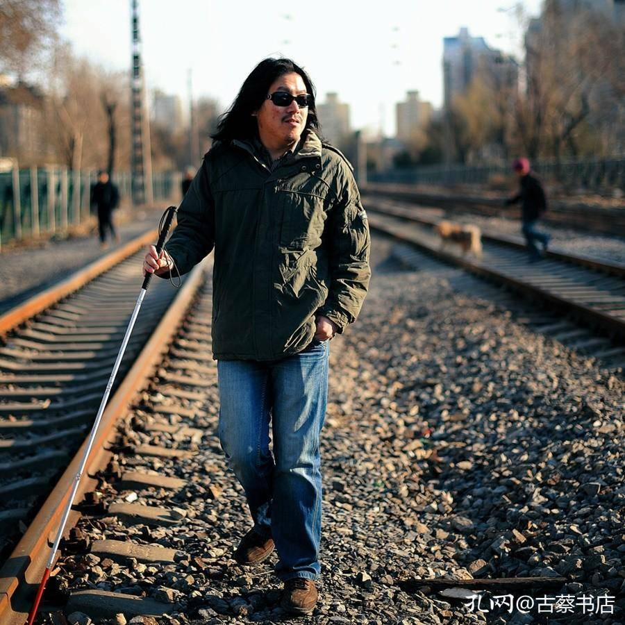 跟随民谣歌手周云蓬的《绿皮火车》,越过山丘跨过河川