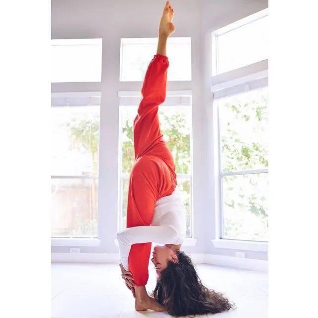 瑜伽练成她这样,让人佩服的五体投地!_Lamise
