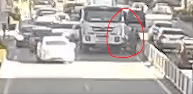 女子被卷入车轮下,他们仨冲了上去!