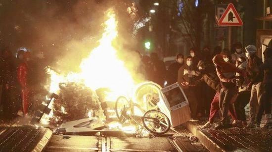 比利时首都发生骚乱 示威者投石袭击国王座驾