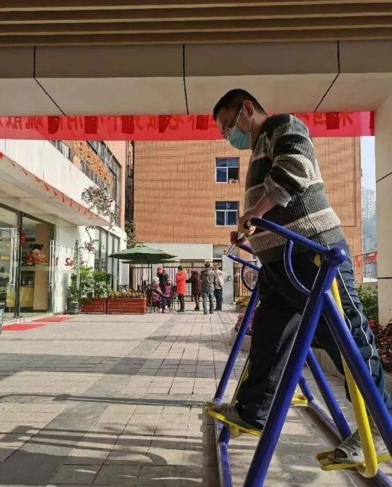 重庆39岁程序员住进养老院,朝九晚六、和老人一起追剧