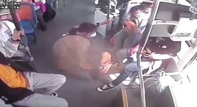 洛阳公交车上女孩突然晕倒 乘客蹲跪守护超暖心
