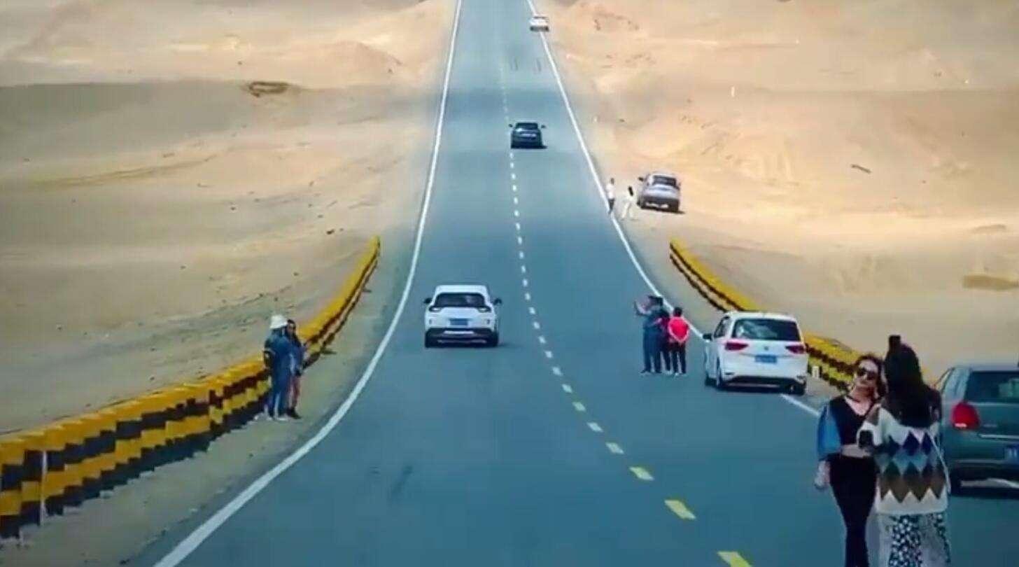 青海网红公路设警示牌禁拍照,不能拿生命开玩笑!_国道