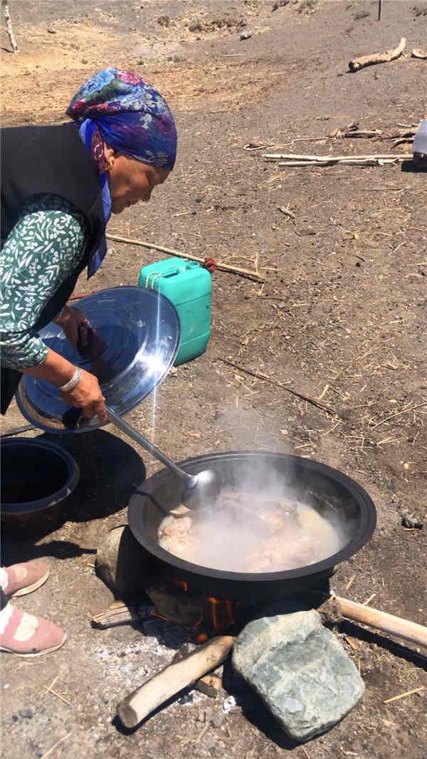 达坂城区老兵公益志愿者赵卫华和巴特尔民族团结一家亲游牧生活