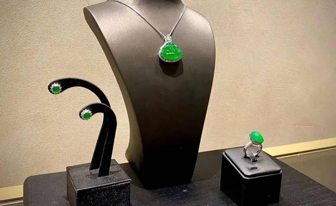 夏雨时节最宜赏玉,臻实的高定翡翠作品,也是对绿色最完美的诠释