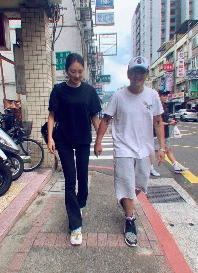 曹格夫妇一起健身 撸起袖子秀肌肉 41岁吴速玲穿背心身材像超模