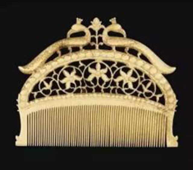 结发在古时是指结婚时(结发是把谁的头发竖起来)