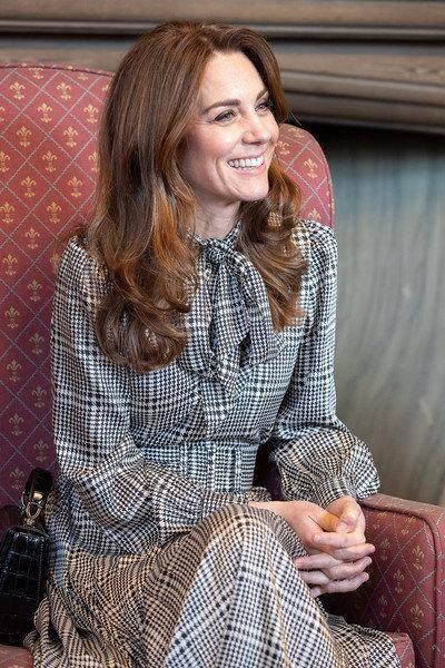 凯特彻底变职业女性!穿白西装配低领衫 比梅根的白领打扮更高级