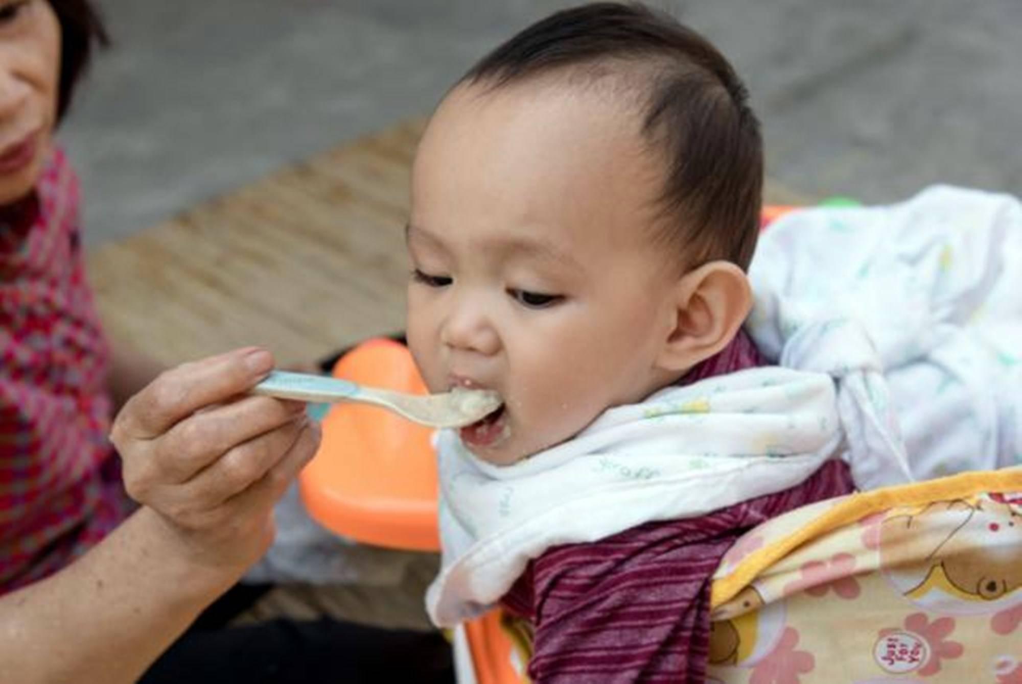 """儿科医生:孩子3岁前辅食要做到""""三碰四不碰"""",早知道省不少心"""