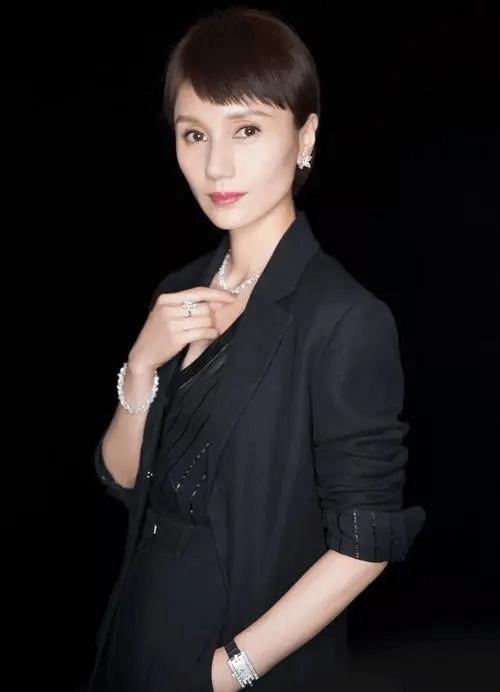 44岁袁泉职场穿搭太惊艳!黑白灰总能穿出新鲜感,网友:魅力十足