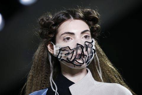 原创             丝袜优雅性感,防疫护目镜走上时尚舞台,口罩也潮流