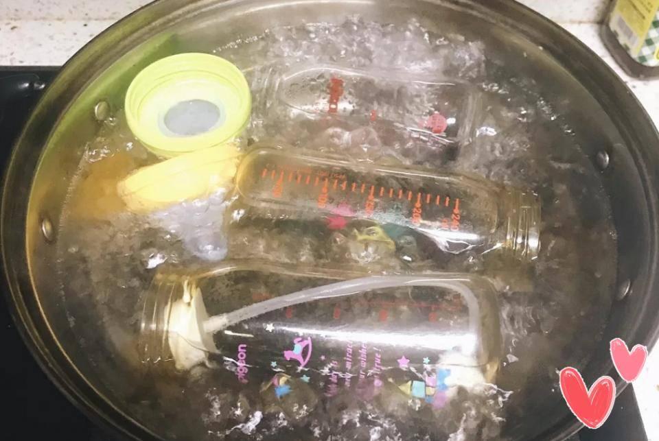 """有一种""""敷衍""""叫做开水烫奶瓶,消毒不彻底,影响孩子肠道健康"""
