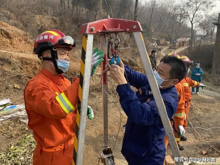 河南巩义:74岁老人被困深井21小时,消防部门紧急救援