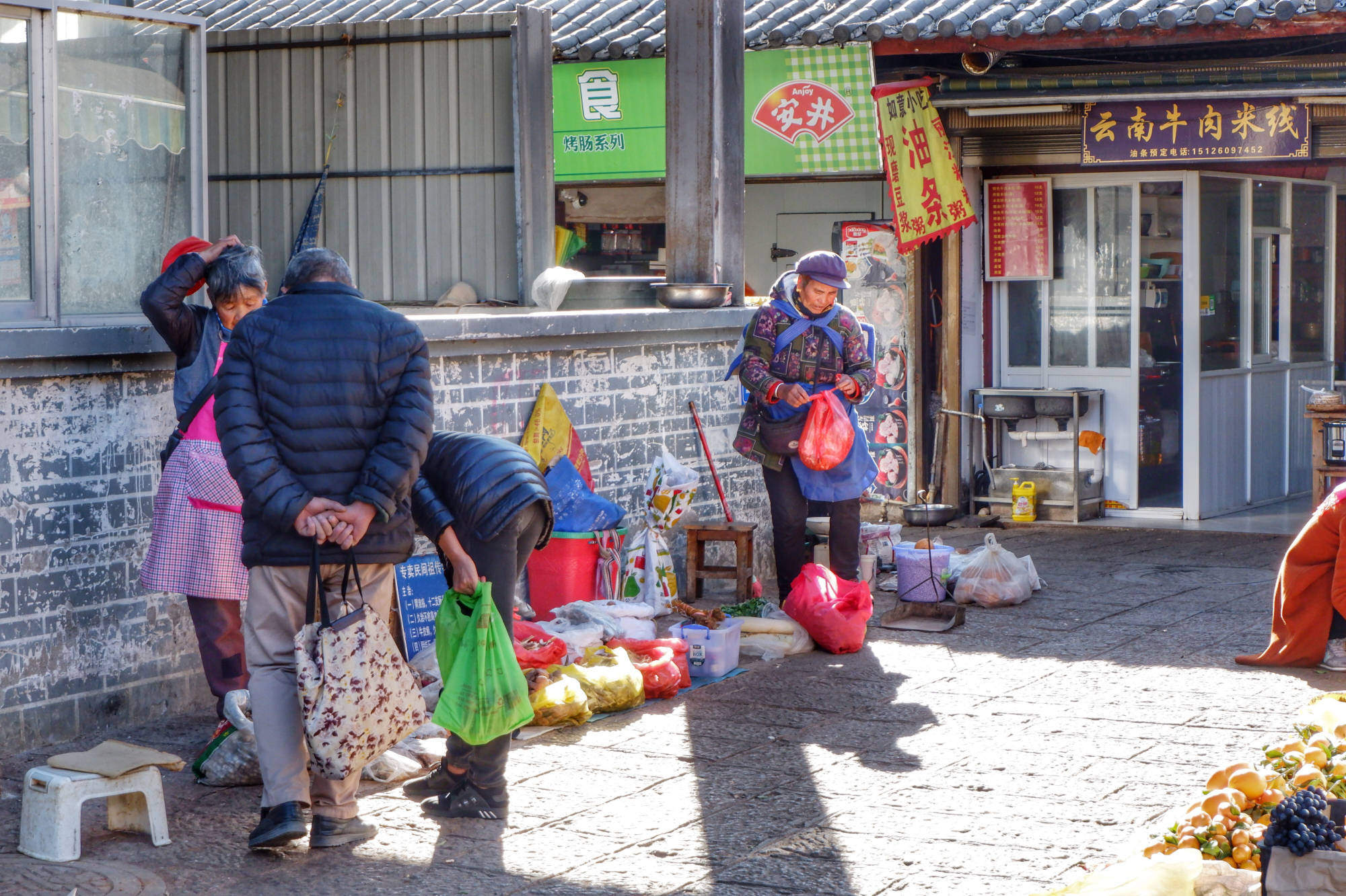 丽江旅游不要在古城吃东西,古城外有丽江最大集市,美食多又便宜