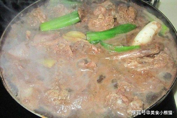 教你在家做美味的兔肉火锅,味道肉质细嫩爽滑,美味到让人过瘾!