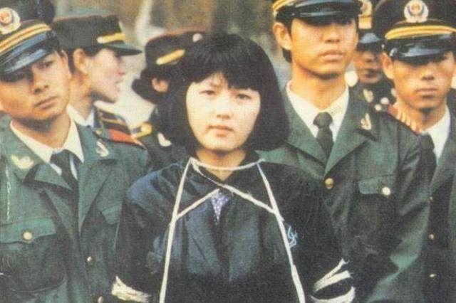 这名美女囚犯,年仅21岁被枪决,行刑前的一个举动引众人不解