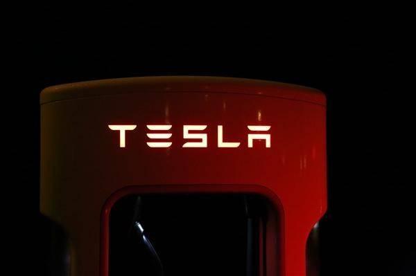 特斯拉的小秘密:利润不是来自卖车。在过去的五年里,它通过销售指标创造了33亿美元的收入