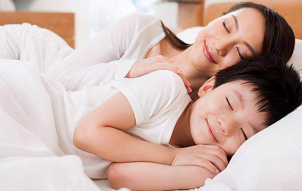 只有妈妈才能哄他们睡觉 宝宝睡觉前的3个坏习惯