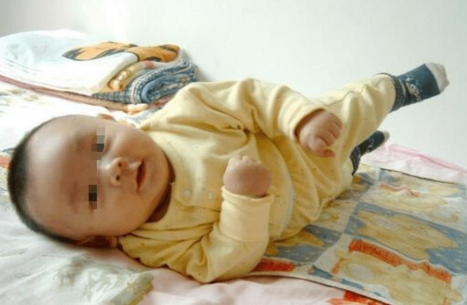 宝宝先翻后爬和跳级学爬有区别,家长做好引导,别错过翻身敏感期