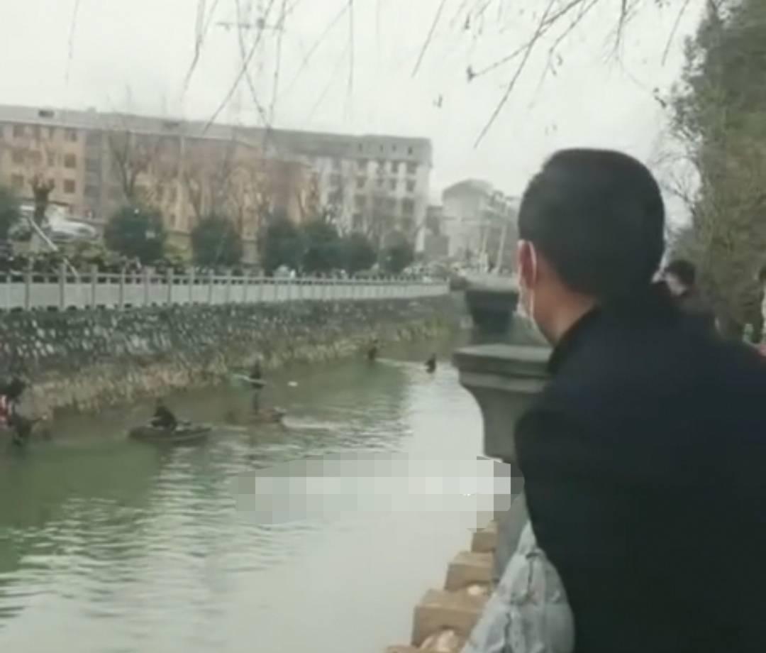 大量现金漂浮在湖北省原当阳河。人们顺流而下赚钱,有些人得到了几万