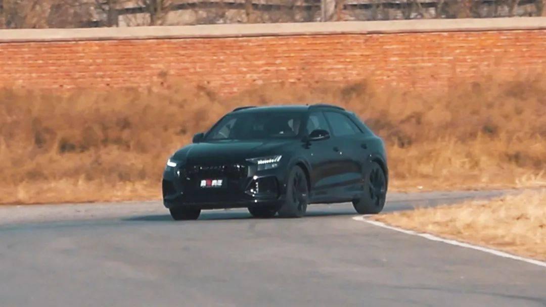 这台SUV堆了多少装备 才能挑战超跑?