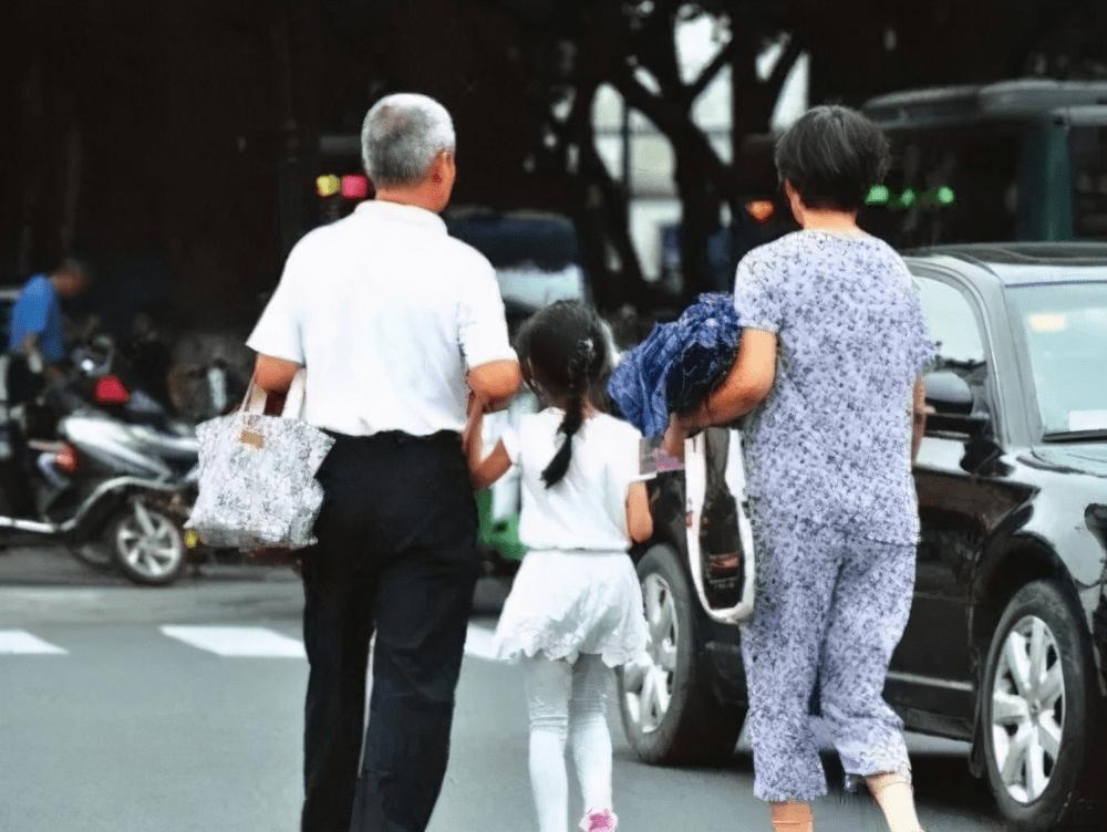 60岁爷爷幼儿园接孙女,颜值成众人焦点,身材令年轻爸妈们脸红