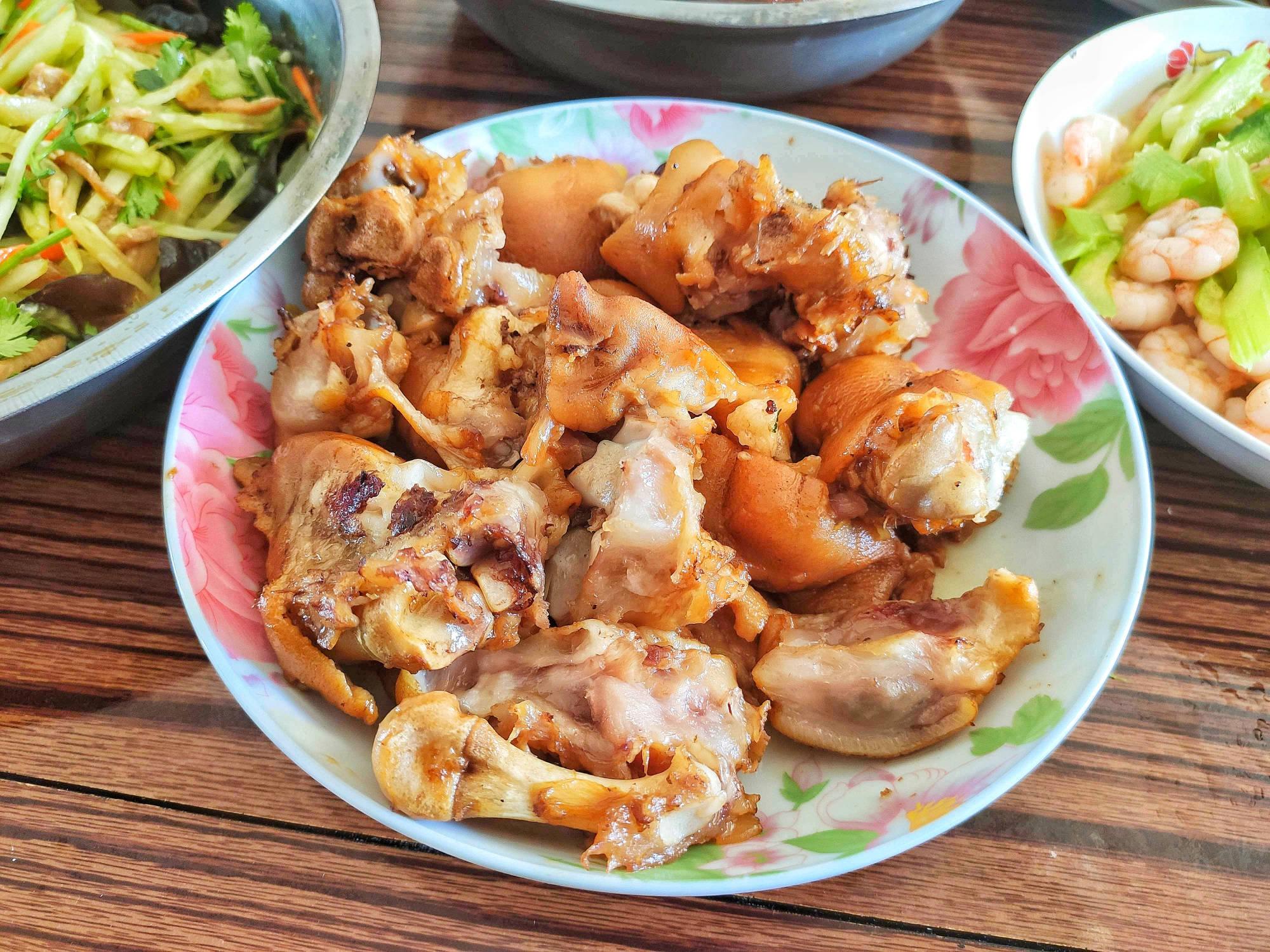 大年初四回娘家,一桌饭菜端盆上,晒朋友圈:一看就是东北人