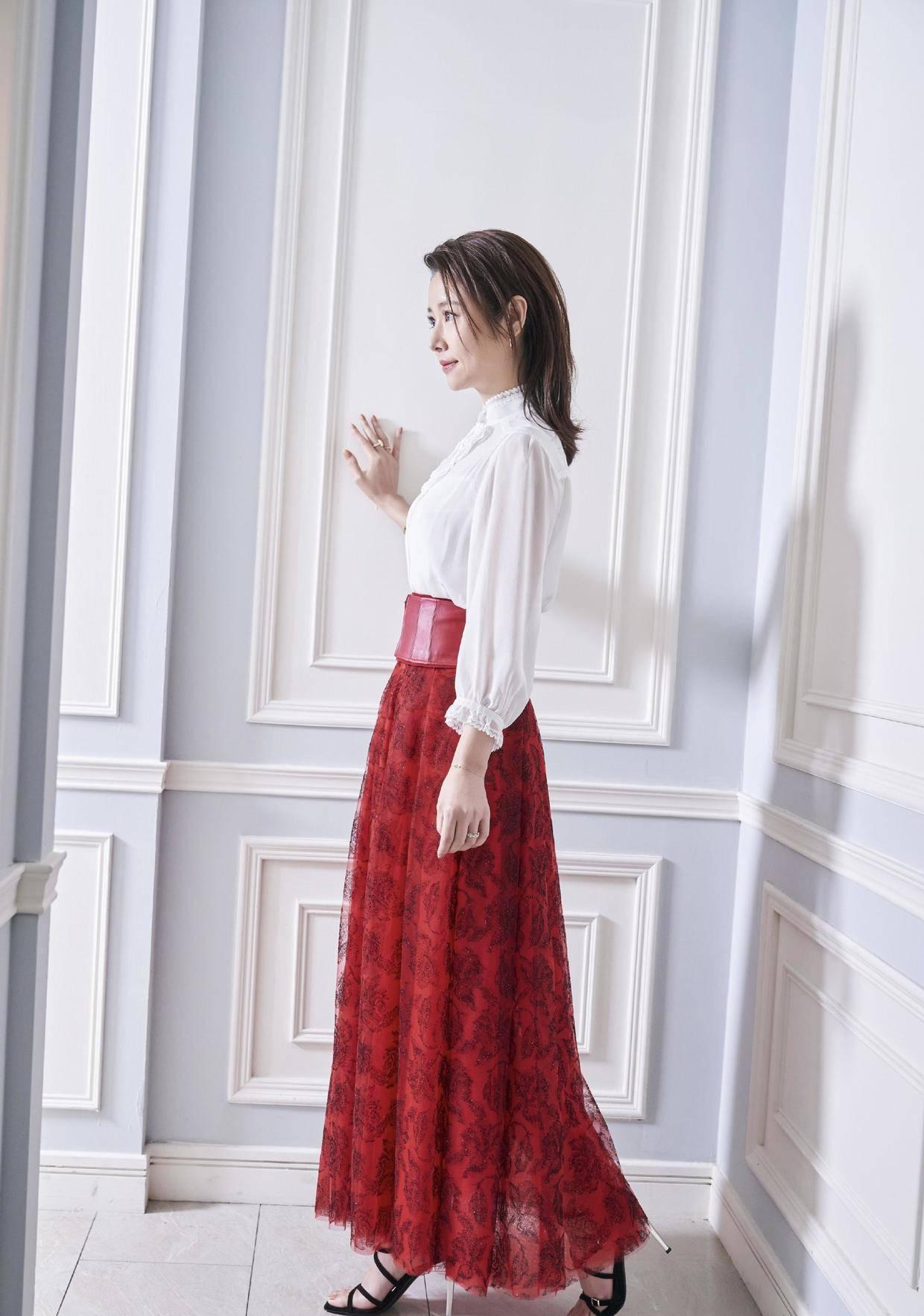 林心如真的太会穿,衬衫配印花半身裙优雅大气,真是温柔到极致了