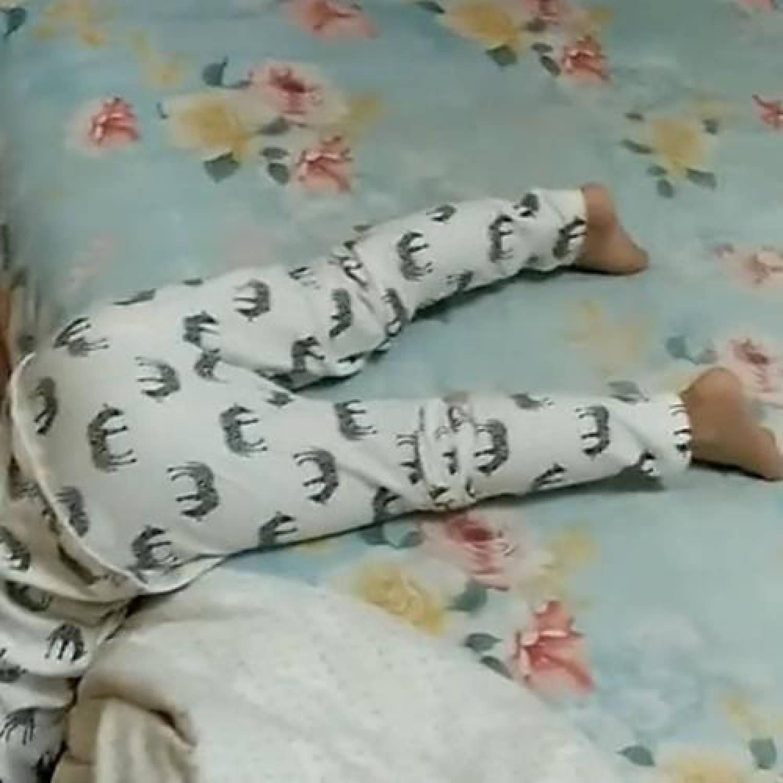 宝宝睡觉不老实,满床打滚扭来扭去是为何?说明你的养育存在问题  第1张