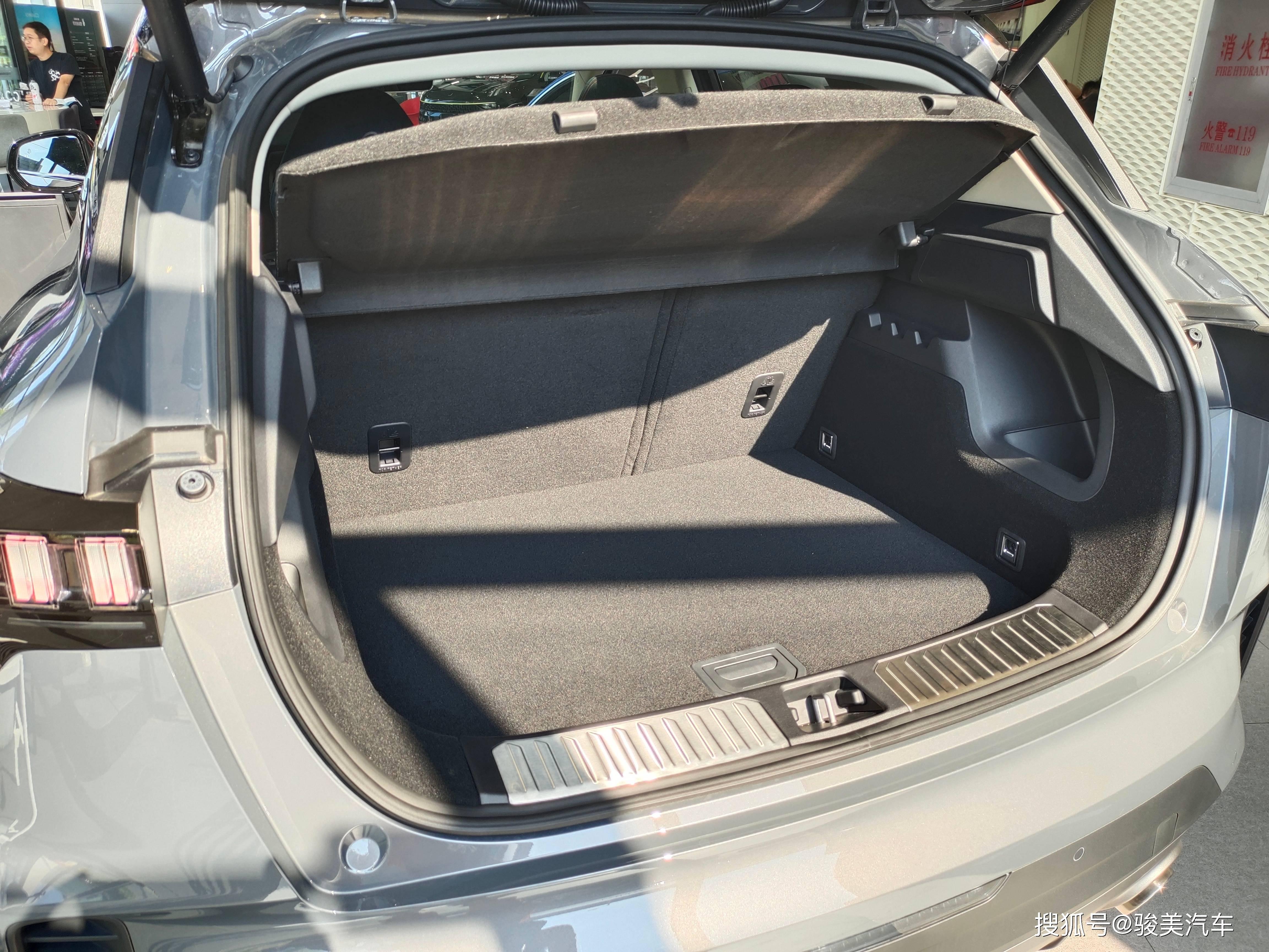 油耗6.6L,标配6安全气囊、8.9秒破百,三缸1.5T的领克06你接受吗