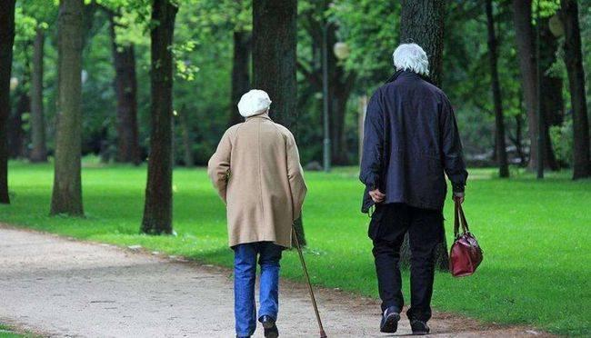 2050年老年人或占总人口的40%!人口断崖后的中国:生不起也老不起  第1张