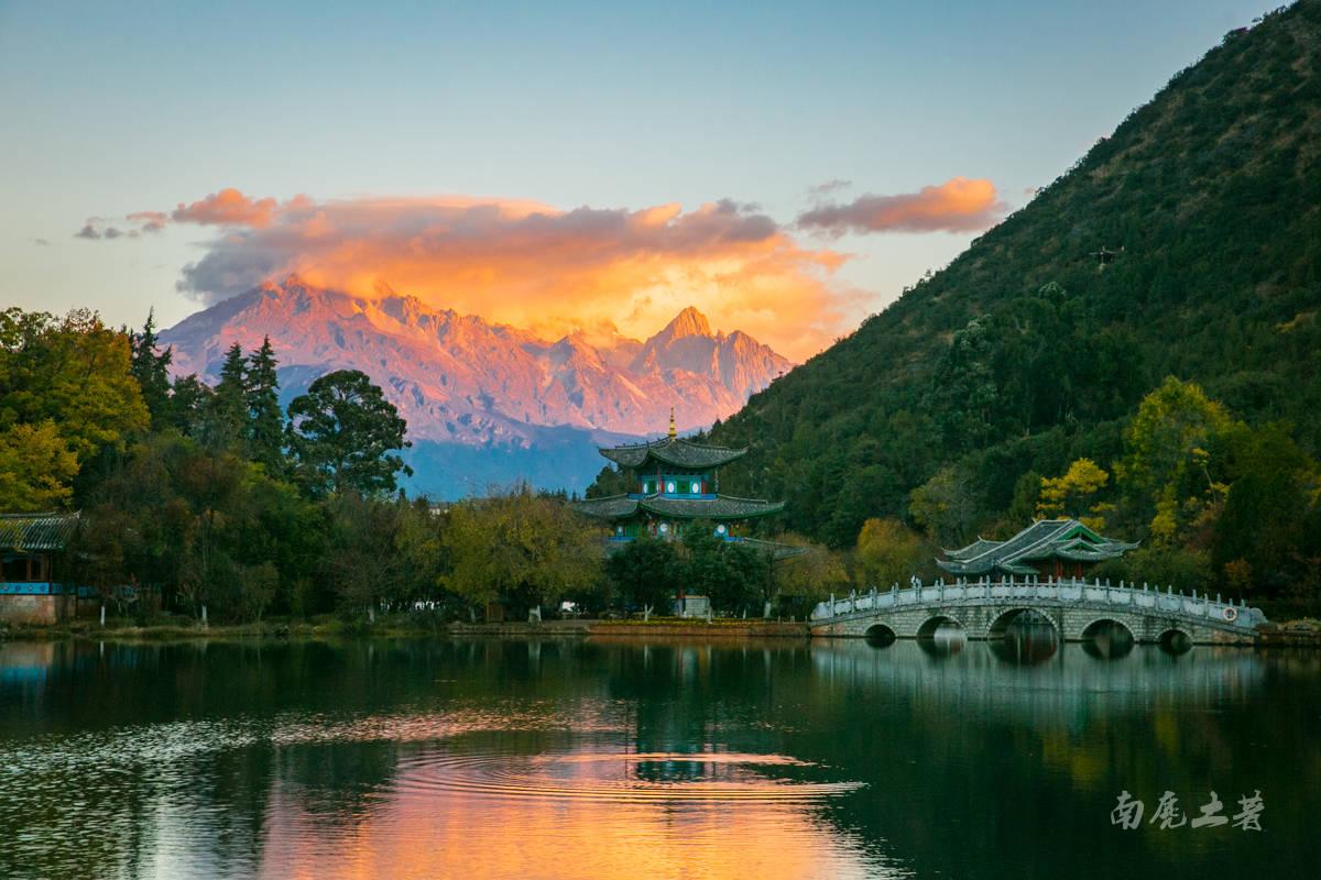 原创             谁说玉龙雪山没雪了不漂亮,到这里看看,日出美得不要不要的