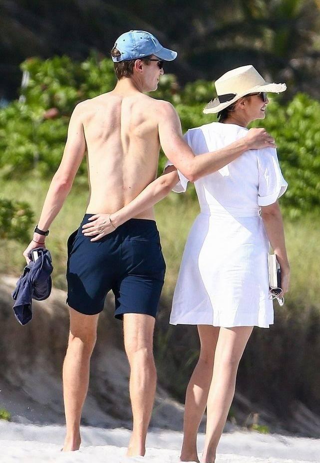 伊万卡和老公海滩漫步美如画!穿小白裙显壮,老公8块腹肌太赞了