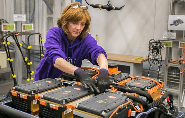 网友拆解特斯拉和比亚迪的电池组:一个人专注于技术,一个人只能吹牛