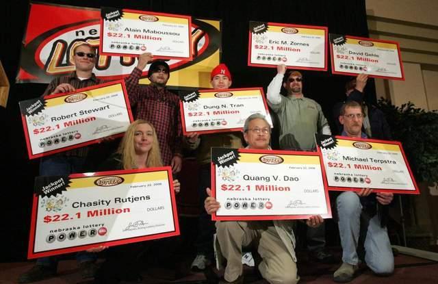 男子一口气买50张彩票中24亿元,当场和7名同事平分