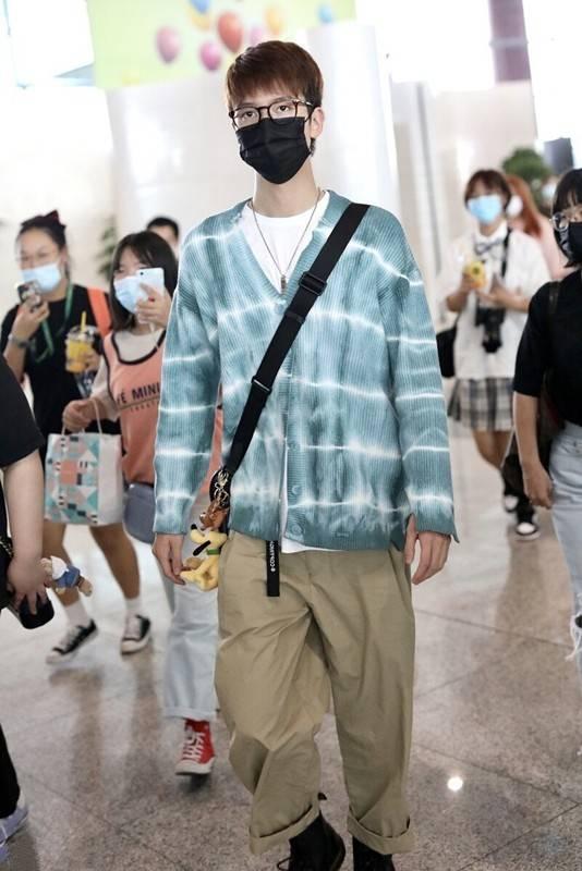 """黄晓明瘦了真任性,机场穿粉色开衫扮潮,被""""五五分""""身材尬到了"""